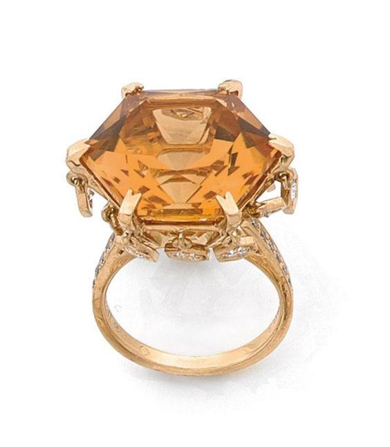 PIAGET  <br>BAGUE  <br>en or jaune, centrée d'une citrine octogonale, la monture ornée de diamants mobiles en pampille, l'épaulement piqué de petits diamants. <br>Signée et numérotée. <br>TDD : 50/10 - 51/11 (modifiable). <br>Poids : 10,5 g. <br>A diamond, citrine and 18K gold ring by Piaget.