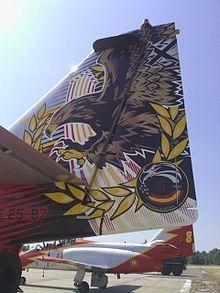 Cola del C-101 de la Patrulla Águila pintada con motivo del 25º aniversario.