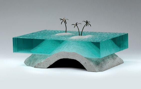 Autodidacte, l'artiste Néo-Zélandais Ben Young allie sa passion du surf à ses sculptures. Inspirées par les vagues, ces créations de verre et de béton jouent avec la lumière pour offrir une profond…