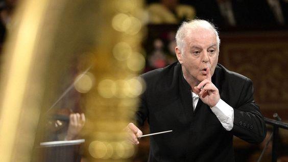 Daniel Barenboim feierte bei seinem zweiten Neujahrskonzert am Pult der Wiener Philharmoniker einen Triumph. APA/HERBERT NEUBAUER