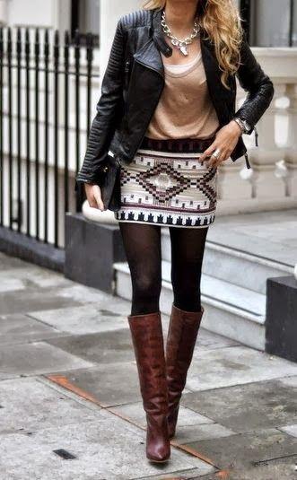 Den Look kaufen:  https://lookastic.de/damenmode/wie-kombinieren/bikerjacke-traegershirt-t-shirt-mit-rundhalsausschnitt-minirock-kniehohe-stiefel-clutch-halskette-strumpfhose/3944  — Goldene Halskette  — Weißes Trägershirt  — Braunes T-Shirt mit Rundhalsausschnitt  — Schwarze Leder Bikerjacke  — Schwarze Leder Clutch  — Weißer Minirock mit geometrischen Mustern  — Schwarze Wollstrumpfhose  — Dunkelbraune Kniehohe Stiefel aus Leder