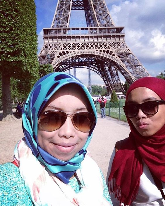 Bawak pembantu rumah sy jalan2 @nanie.mok by zurinamoktar Eiffel_Tower #France