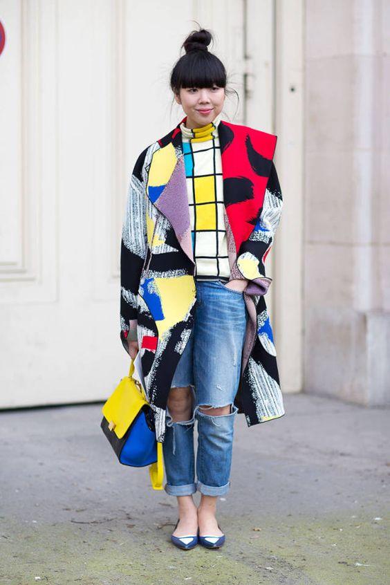 Fotografia de street style da semana da moda de Paris na qual a blogger Susie Bubble usa peças que nos remetem não só para a Pop Art, como também para o vestido icónico dos anos 60 de Yves Saint Laurent com a pintura de Mondrian. As cores primárias e o color block não passam despercebidos.