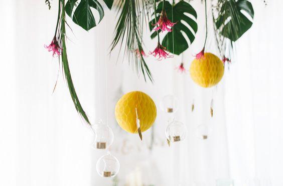 tropische Hochzeitsdekoration mit Ananas, Philodendron Blättern und Palmzweigen (www.noni-mode.de - Foto: Katja Heil)