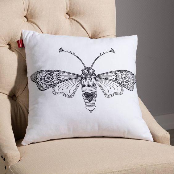 Der #Kissenbezug mit filigranem Insektenprint peppt jedes alte Kissen auf