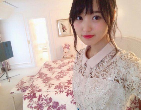 大きなベッドと菅井友香