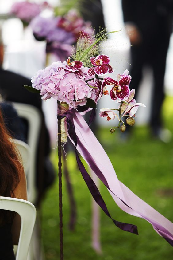 wedding ceremony freie trauung schmuck blumen orchidee lila schleife chair pew aisle flowers. Black Bedroom Furniture Sets. Home Design Ideas