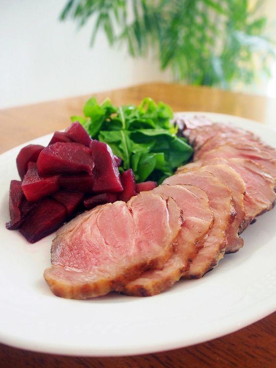 かたまりの豚肉に塩をまぶして冷蔵庫で寝かせるだけでとっても美味しくできちゃう「塩豚」。茹でて味噌やタレ、ジャムなどをつけてそのまま食べたり、焼いただけでももちろん美味しいけれど、アレンジ次第でもっともっと美味しくなるんです♪ そこで今回は塩豚の基本の作り方から、スープやポトフ、パスタ、丼物をはじめ様々な塩豚レシピをご紹介します♪