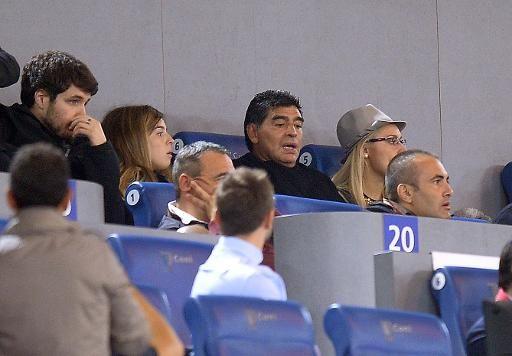 """FOOTBALL -  Maradona s'excuse pour un bras d'honneur """"populaire"""" à la TV - http://lefootball.fr/maradona-sexcuse-pour-un-bras-dhonneur-populaire-la-tv/"""
