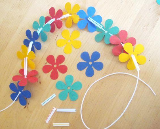 Un joli collier « hawaïen » composé de fleurs en papier et de quelques pailles découpées, voilà un {DIY} simple et rapide pour le plus grand bonheur des petites Vahinés!!!