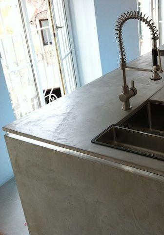 Küchenarbeitsplatte Beton - bespachtelt von mp@freistil.eu.com mit Béton Ciré Original - Farbe 29 Gris Perle von betoncire.at