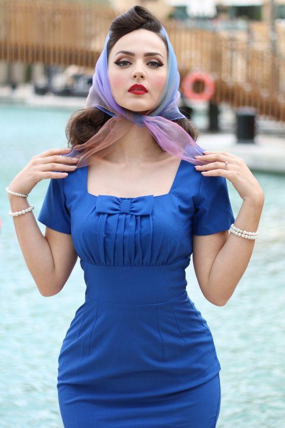 Laat je strikken door deze zoete 50s Debbie Pencil Dress! Idda van Munster is er ook helemaal weg van ;-)De elegante vierkante hals van het prachtig gerimpelde bovenstukje heeft een opvallende grote strik, zó cute! De mooie bredetailleband geeft jou een lieflijke maar sexy uitstraling. Uitgevoerd in een soepel vallende katoen mix in een koningsblauwe kleur met fijne stretch die je rondingen omarmt. Zweef op een roze wolk in deze cutie!   Pencil stijl Gevoerde balconnet top...