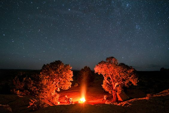 Noite, estrelas e fogueira
