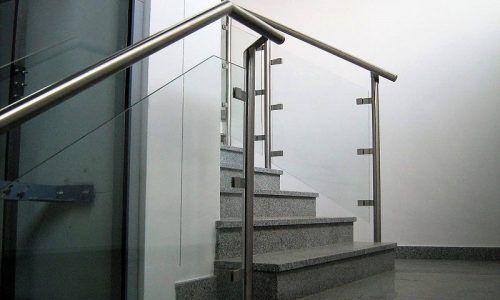 Balustrada Ze Stali I Szkla Hartowanego Laminowanego Pomimo Wizualnej Lekkosci Jest To Bardzo Trwale Rozwiazanie Home Decor Home Stairs