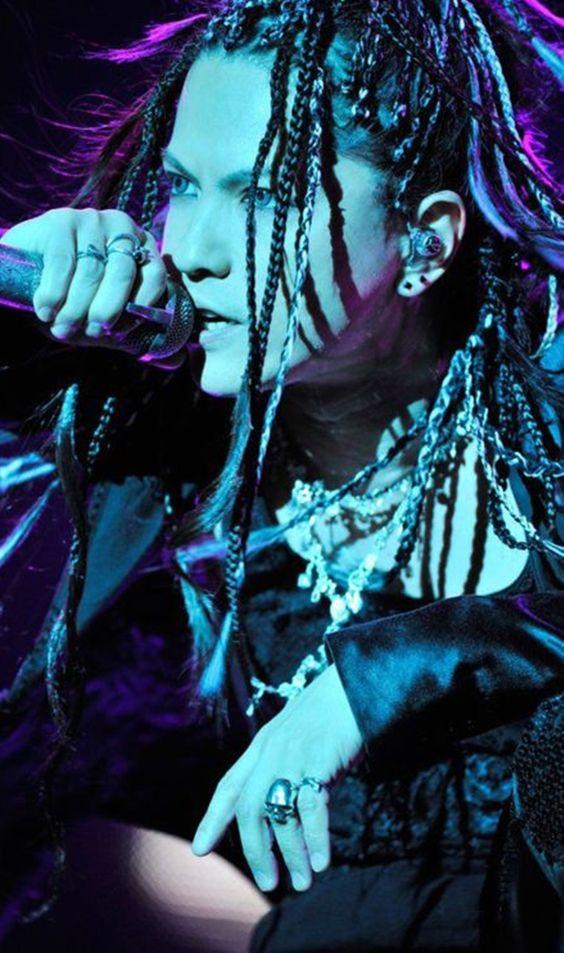 青い照明のなかで歌っているドレッドヘアーのL'Arc〜en〜Ciel・hydeの画像