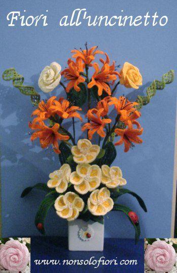Composizione di fiori alluncinetto www.nonsolofiori.com  Fiori all...