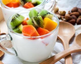 Mini salades de fruits tropicaux Croq'Kilos au fromage blanc et aux amandes : http://www.fourchette-et-bikini.fr/recettes/recettes-minceur/mini-salades-de-fruits-tropicaux-croqkilos-au-fromage-blanc-et-aux-amandes