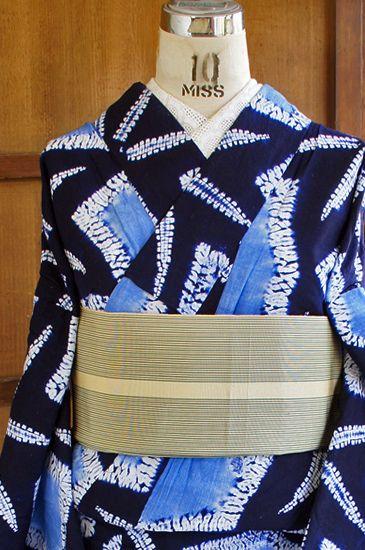 濃紺の地に、唐松縫い絞りや折り縫い絞りを思わせる独特の絞りも味わい深く、澄んだ空色のぼかしも美しい氷のかけらのような揺らぎのある六角形や菱形、お花のようなモダンなデザインが染め出された、本絞りのレトロ浴衣です。