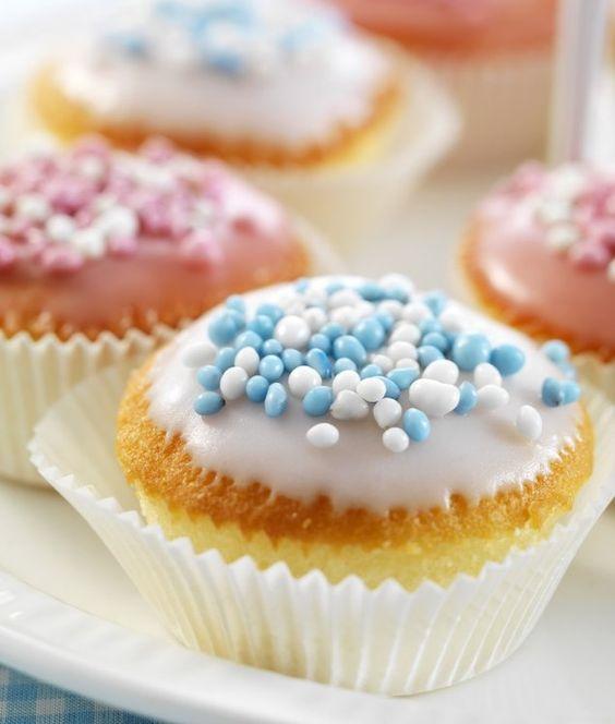 Een lekker cupcakeje met glazuur en muisjes.