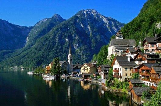 Die kleine Ortschaft Hallstatt am österreichischen Hallstätter See im Salzkammergut bietet zauberhafte Alpen-Idylle.