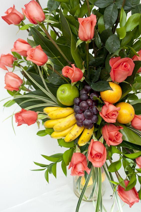 arreglos floral con rosas y frutas en cilindro que contiene gran variedad de frutas como el