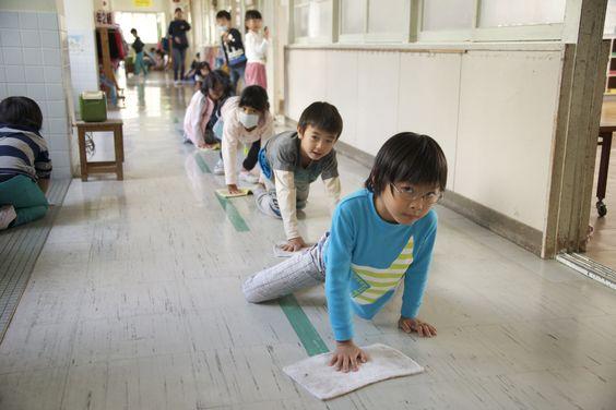 No Japão, atividades cotidianas como varrer e passar pano no chão, limpar o banheiro e servir a merenda são realizadas pelos estudantes do ensino fundamental ao médio. O ambiente escolar ensina os jovens a cuidarem do que é público para se tornarem cidadãos mais conscientes.