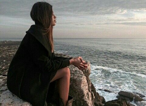 Un long manteaux noir en laine et une robe noir pour donner de la couleur ont rajoute les bottes marron a clous légerment ouverte sur le coté
