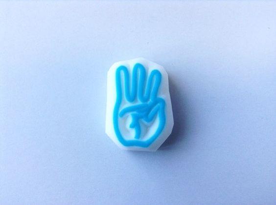 指文字はんこのバラ売りです。こちらの商品は指文字で『わ』を表しています。指文字とは手話の一種で「あ、い、う、え、お」などのひとつひとつの文字を指の形で表したも... ハンドメイド、手作り、手仕事品の通販・販売・購入ならCreema。