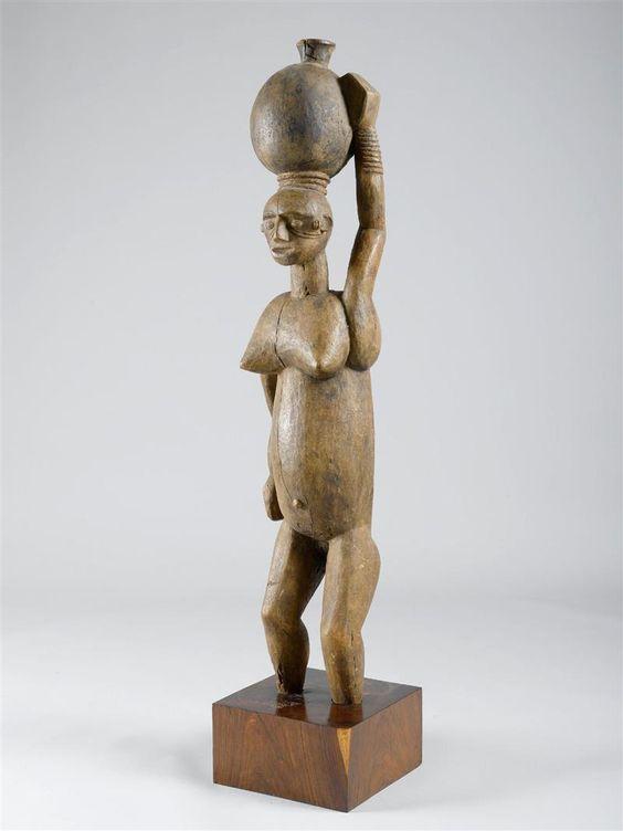 STATUE IBIBIO Nigeria. Hauteur: 148 cm (...)  CHF 5,000 / 10,000 | € 4,160 / 8,330