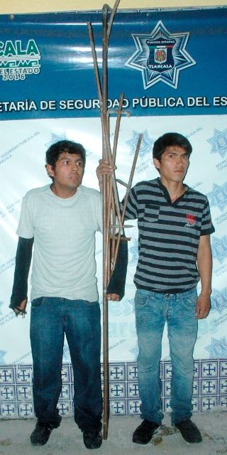 Detiene CES a dos ebrios que robaron en un domicilio     Habían hurtado 8 tubos de cobre