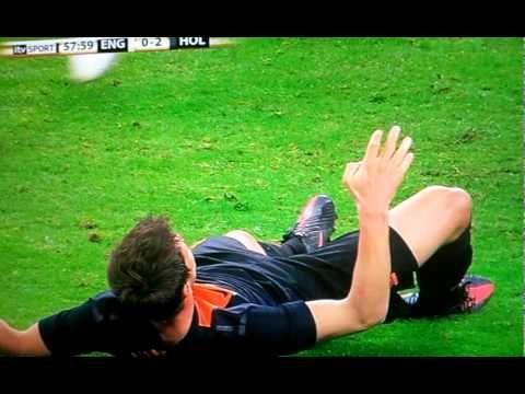 O atacante Huntelaar marcou um gol pra Holanda, mas pagou um preço alto pelo feito. Ao cabecear, o holandês recebeu uma trombada do zagueiro Smalling, caiu de forma esquisita, sentiu tontura e chegou a comer grama.
