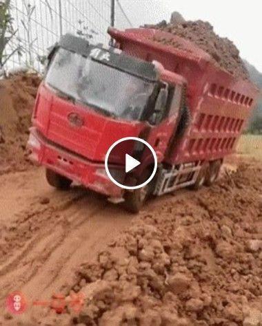 Esse caminhão está muito cheio acho que vai virar.