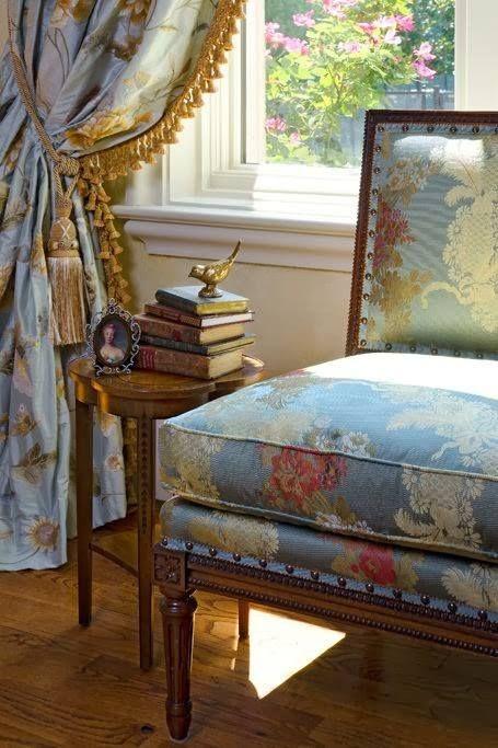 <3 the gold fringe trim on the blue drapes.... (455×683)