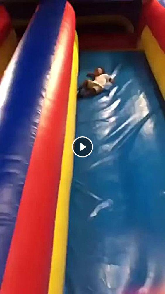 Criança cai de brinquedo inflável.