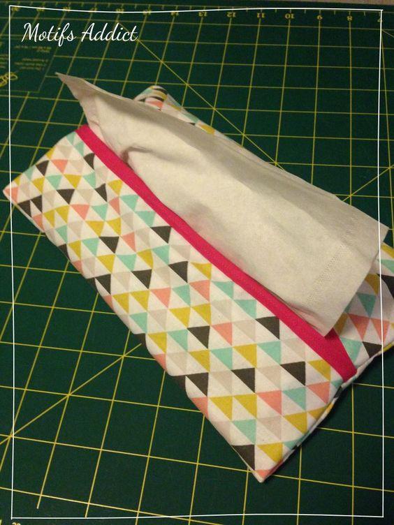 On a tous besoin d'un distributeur de mouchoirs ! Que ce soit dans sa salle de bains, sa chambre, sa cuisine ou au bureau : un mouchoir à portée de main se révèle toujours utile. Et pour changer de la boite moche en carton, je vous propose ce tutoriel pour réaliser vous-même un beau distributeur en tissu. Étape 1 Coupez deux rectangles de tissu de 30x35 cm (marges de couture comprises). Vous pouvez choisir le même tissu ou deux tissus différents.  Étape 2 Mettez vos tissus endroit contre…
