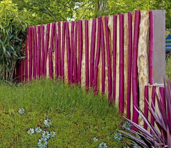 Sichtschutz aus Holzstämmen, unterschiedlich lackiert Natur und - sichtschutz garten modern