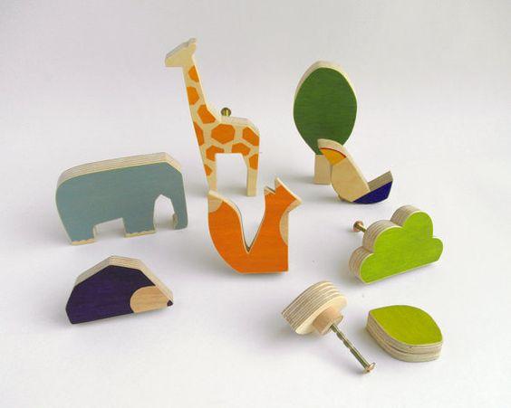 Dies sind einige einzigartig handgefertigt und qualitativ hochwertige Holz Knöpfe für Schubkästen in Children´s Räumen. Sie sind funktionell und in der gleichen Zeit originelle und spielerische Elemente für Room decor.  Abmessungen  Elephant: 9,5 cm/3,75 Zoll (Breite) * 6,5 cm/2,55 Zoll (Höhe) 1,5 cm/0,6 Zoll (Dicke) Giraffe: 5cm/2 Zoll (Breite) * 13,7 cm/5,4 Zoll (Höhe) * 1,5 cm/0.6 Zoll (Dicke) Vogel: 6cm/2,3 Zoll (Breite) * 6cm/2,5 Zoll (Höhe) * 1,5 cm / 0,5 Zoll (Dicke) Fox: 6,5 cm…