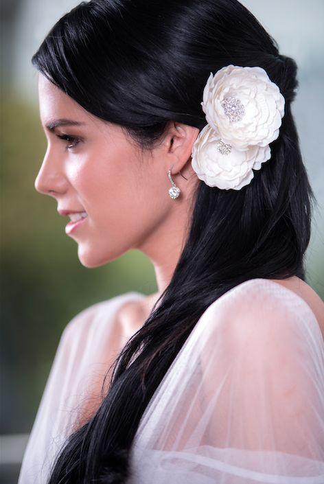 Flor Ice con Cristales.  Dos elegantes flores, atractivas y femeninas que son el complemento perfecto para tu peinado del mejor día de tu vida. Adornadas con delicados cristales estilos vintage y aplicación en color plata.
