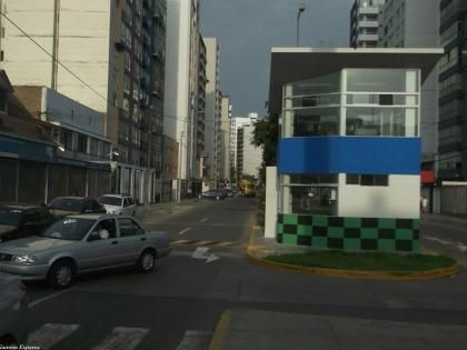 Caseta enorme en medio de la avenida Sergio Bernales, entre Surquillo y Miraflores