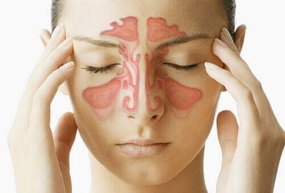 Een verstopte neus is een zeer vervelend symptoom van allergieën of problemen met het ademhalingssysteem. Wanneer je neus verstopt is, raakt de slijmlaag aan de binnenkant van je neus ontstoken, waardoor het moeilijk wordt om te ademen, aangezien de luchtwegen verstopt raken. Een snel toenemend virus of een verzwakt immuunsysteem kunnen dit probleem erger maken …: