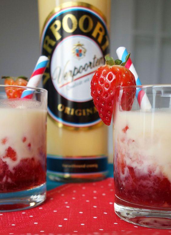 Eierlikör Rezept: Frühlingsfrischer Erdbeer-Holunder-Drink mit VERPOORTEN - Cocktail-Rezepte - VERPOORTEN