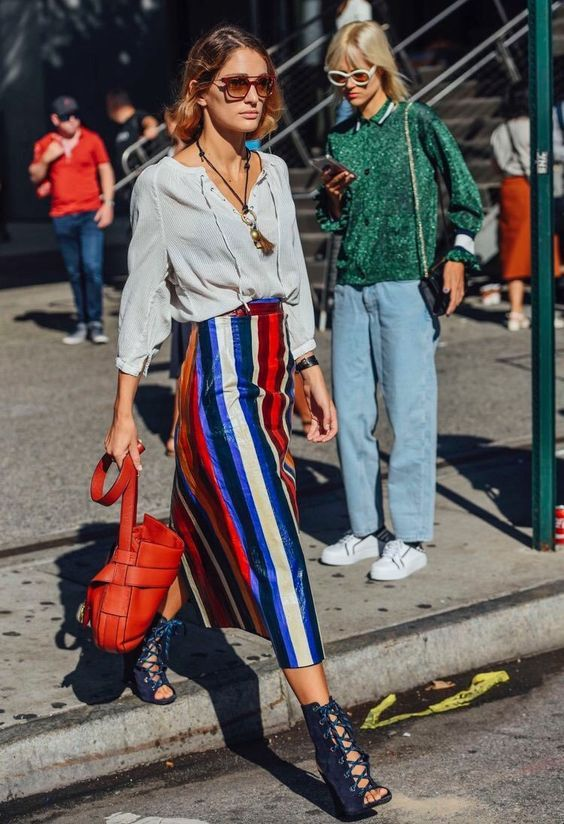 Aleatórios fashion: listras coloridas. Camisa branca boho, saia listrada, sandália de tiras