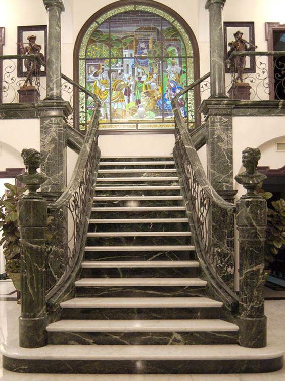 escalera en marmol blanco y verde greenmarble