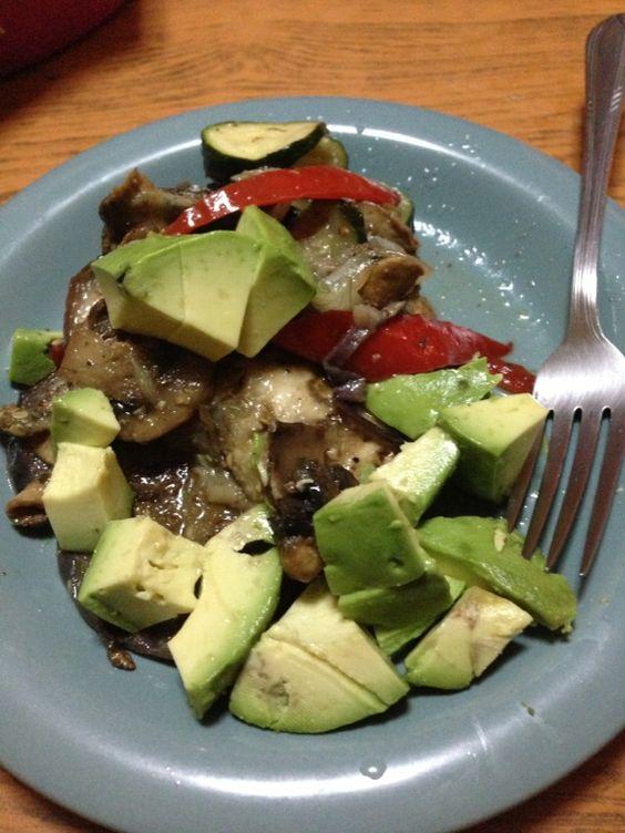 Berenjena champi ones aguacate y sas n al gusto una rica cena comida saludable pinterest - Ideas cenas saludables ...