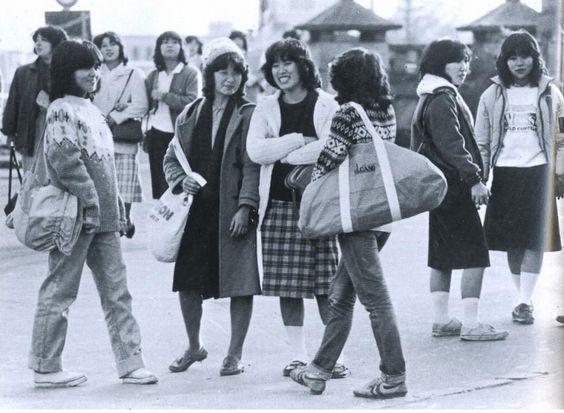 """戦前~戦後のレトロ写真さんのツイート: """"1980年(昭和55年)。原宿の女子大生。当時大流行していたハマトラファッションの影響も感じさせます。…"""