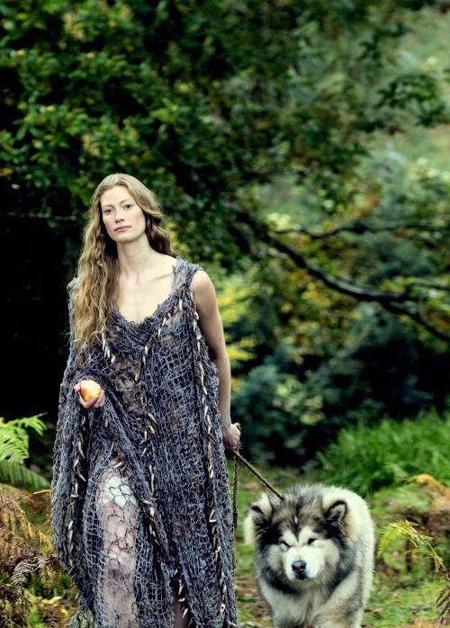 """Alyssa Sutherland as Queen Aslaug in """"Vikings"""":"""
