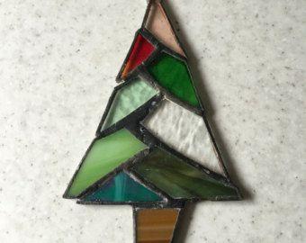 Me encanta el morado, así que encanta este diseño de árbol.  Voy a hacer por ti un árbol de Navidad de vidrio. Este listado está para una en tonos púrpura y rosa.  Usted puede elegir que con o sin el brillo.  Voy a añadir un encanto de la estrella en la parte superior para acabar con.  Viene con una ventosa para fijar a la ventana.