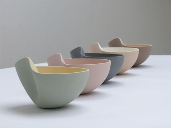 Designer céramiste belge, Ilona van den Berghexplique que les formes qu'elle crée sont une extension de son corps, où une partie de son âme vit. Ces forme