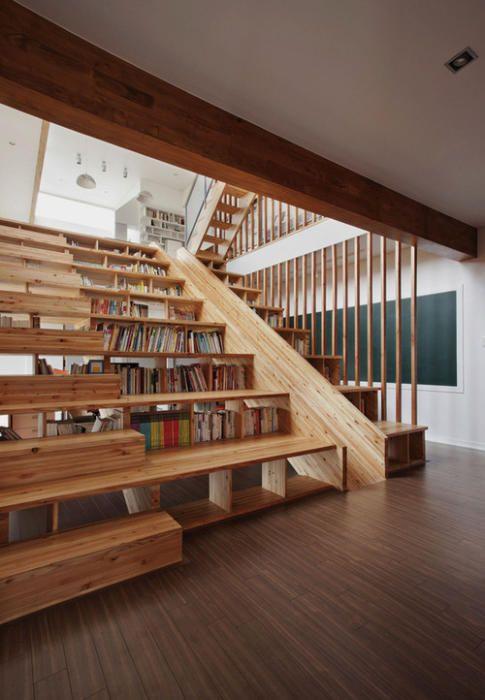 escalera con biblioteca