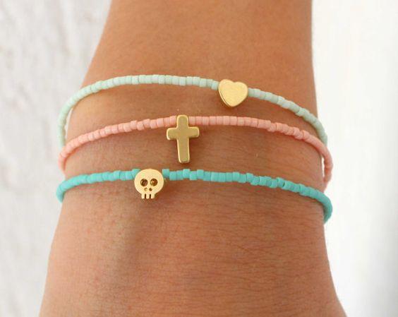 Pequeño encanto pulseras - pulseras de perlas con encanto - pulseras Pastel - pulsera calavera pequeña - pequeño corazón - pequeño Cross - pequeñas estrellas